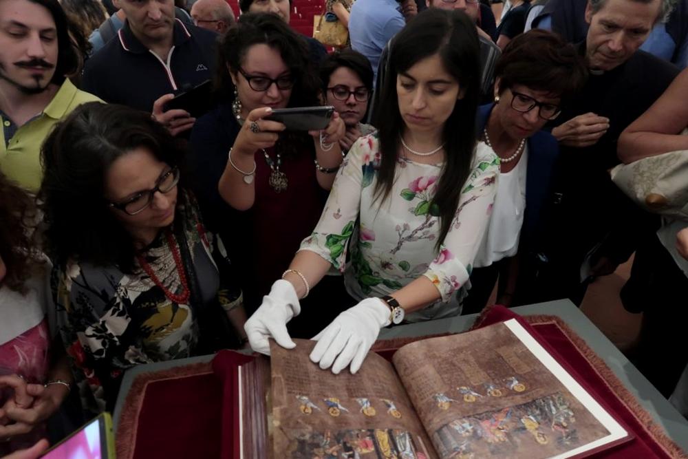 Un momento della esibizione del fac-simile del Codex Purpureus Rossanensis