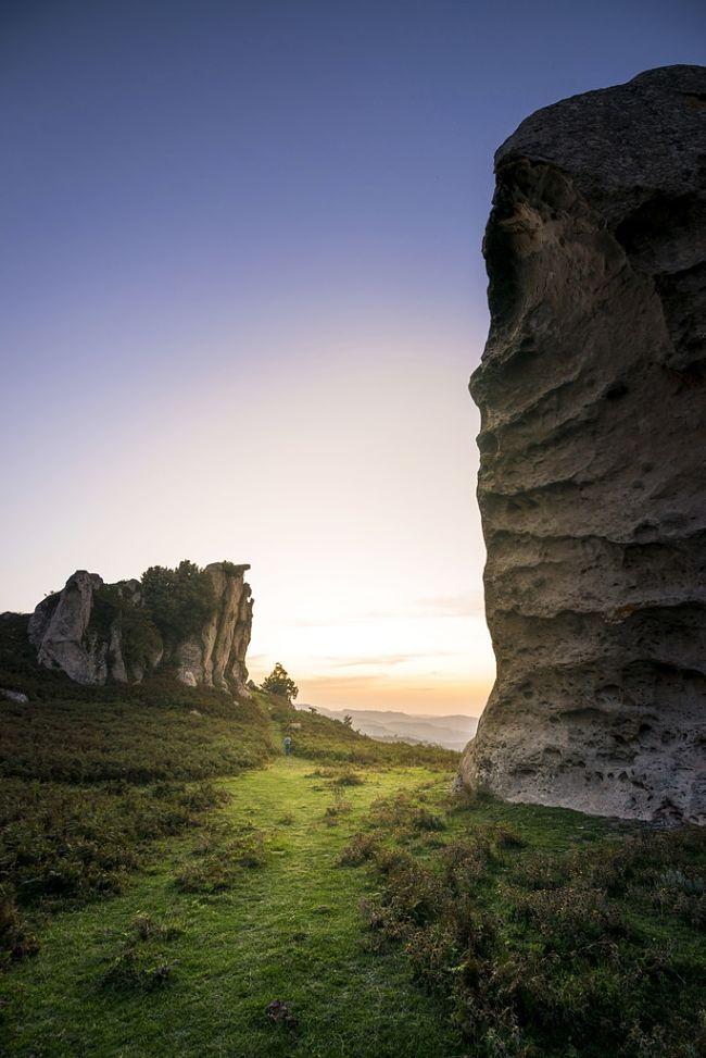 Scorcio delle rocce dell'Argimusco, Sicilia - Ph. Timothy M. Roberts | ccby-sa2.0