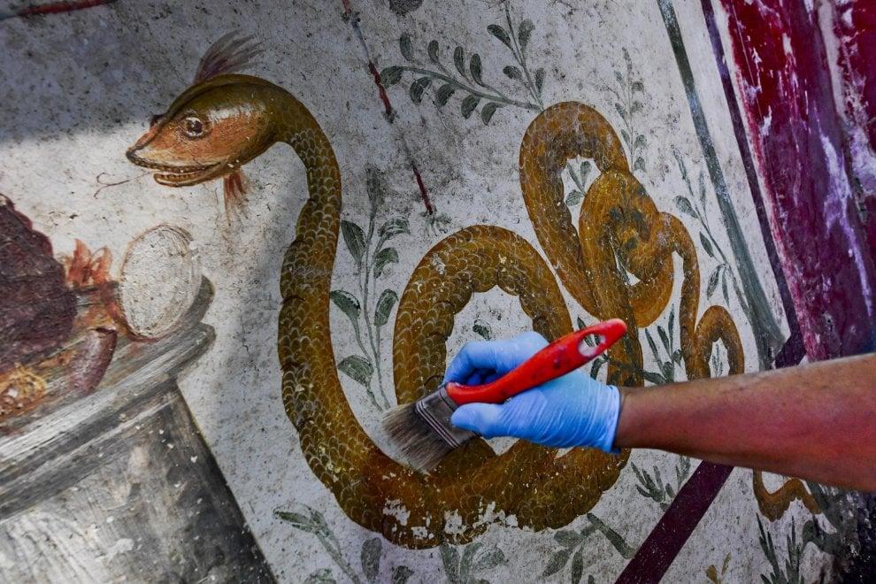 Il restauro di uno degli agatodemoni - Ph. © Ciro Fusco