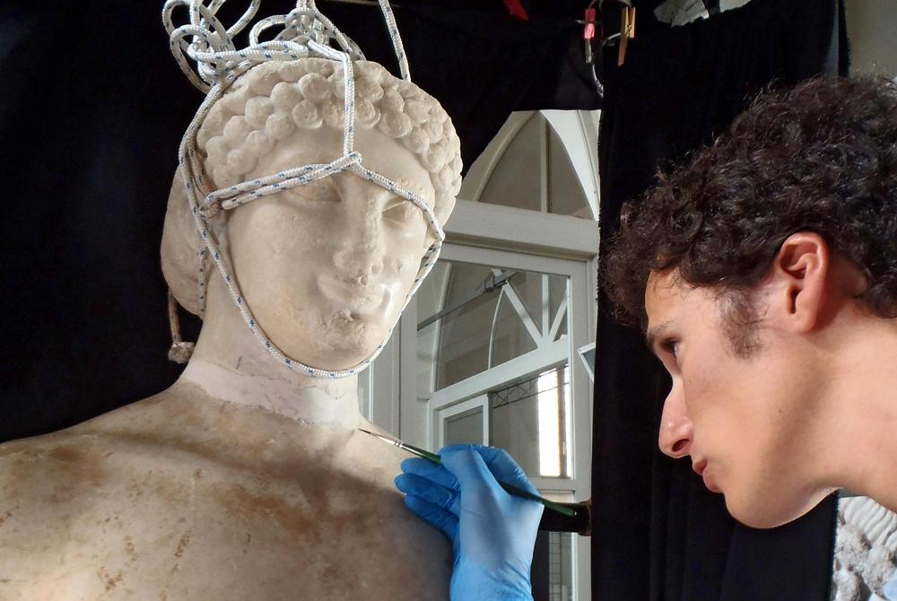 Un momento del restauro del Kouros