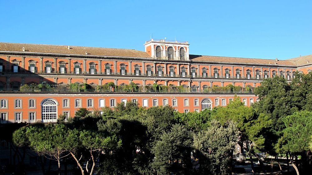 Scorcio del Palazzo Reale di Napoli, lato mare. In corrispondenza dell'appartamento reale il giardino pensile - Ph.