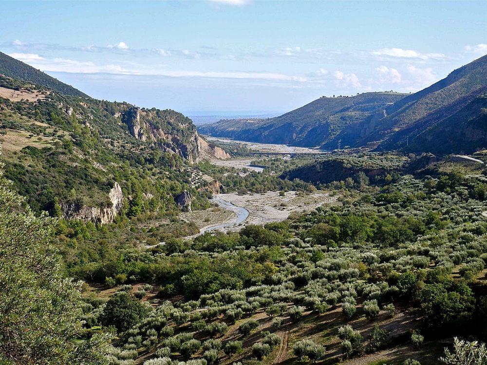 Il Raganello scorre verso il Mar Jonio fra uliveti e macchia mediterranea - Ph. © Stefano Contin