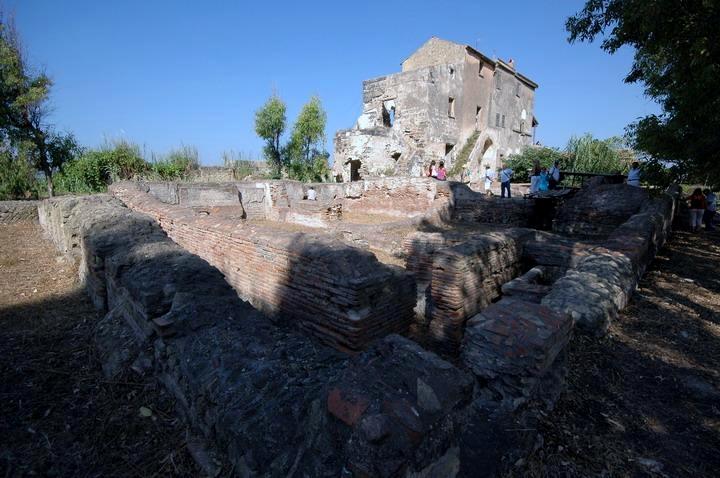 Scorcio della Villa romana di P.ta S. Limato. Sullo sfondo la masseria del '700 - Fonte: Cellole Promozione