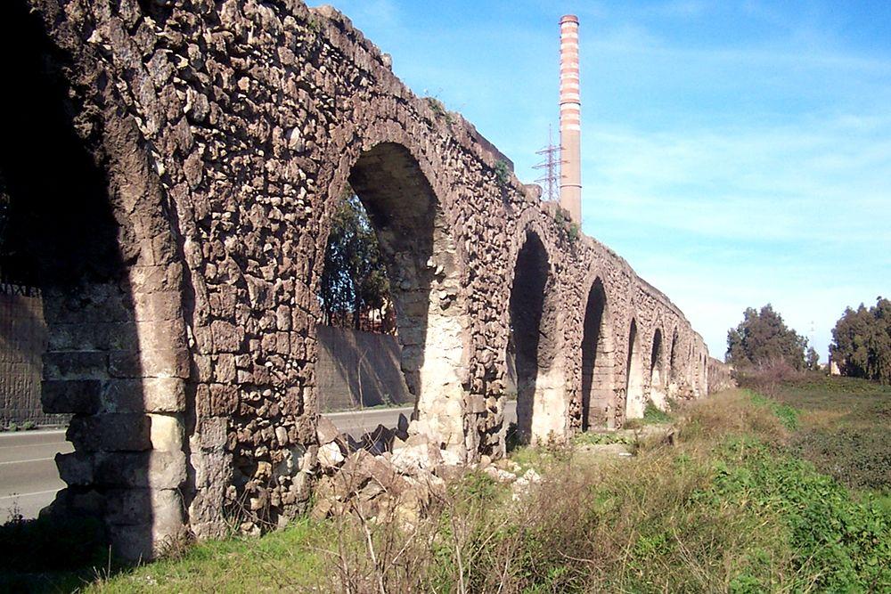 Alcune arcate dell'Acquedotto del Triglio all'altezza dell'ILVA - Ph. © Angelo Conte