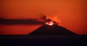 Fuoco, anima della luce: il sole e lo Stromboli danno spettacolo nello scatto di Lillo Gioffrè
