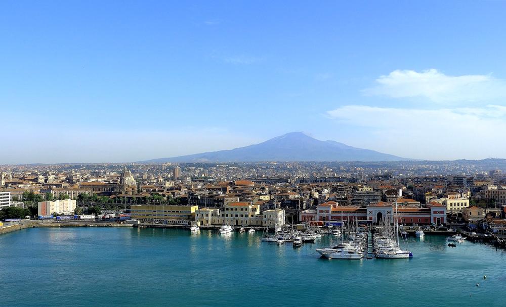 Veduta di Catania. Sullo sfondo, il profilo dell'Etna - Ph. Herbert Aust