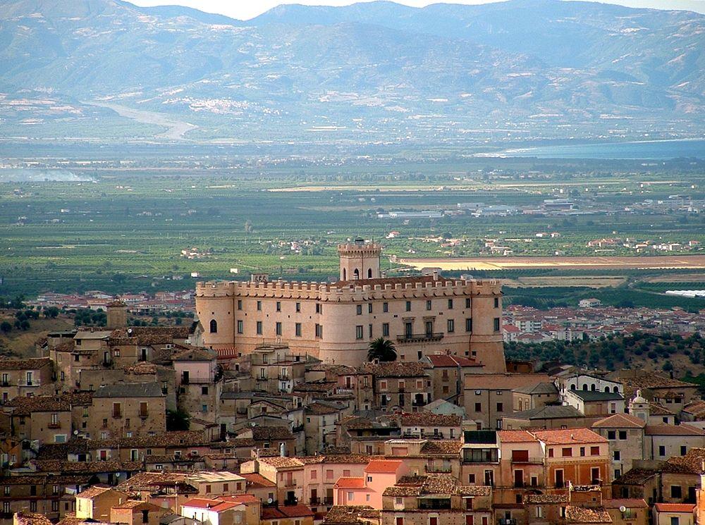 Scorcio di Corigliano con il Castello Ducale - Image source