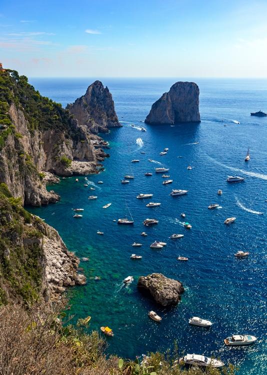 Scorcio del tratto costiero di Capri con i celebri Faraglioni - Ph. Andy Holmes