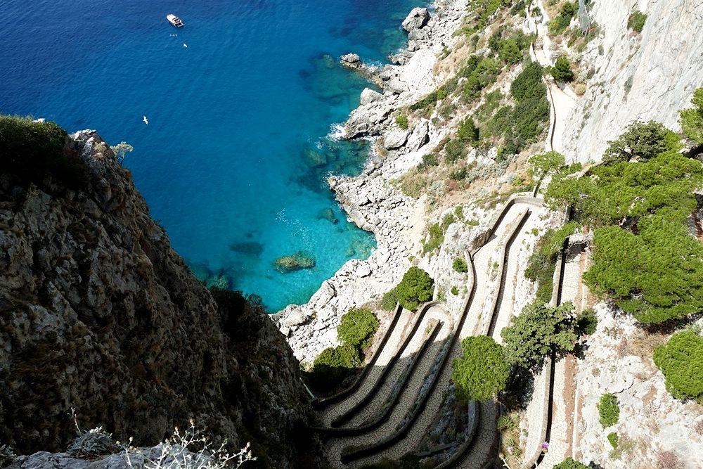 Scorcio del mare di Capri visto dalla storica Via Krupp, sul versante meridionale dell'isola