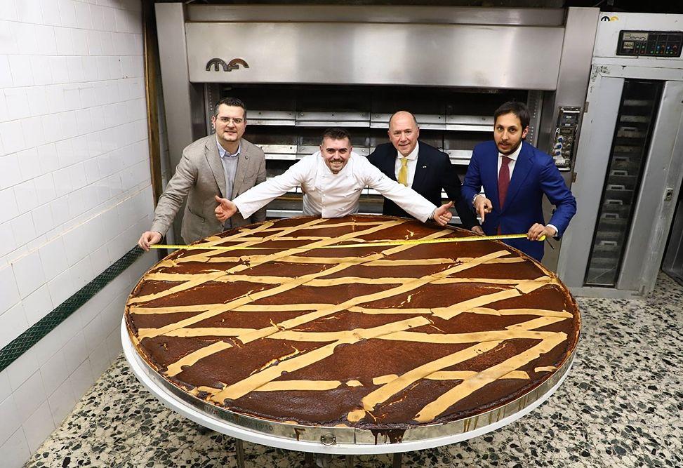 Lo staff del Gran Caffé Gambrinus di Napoli con la più grande pastiera del mondo