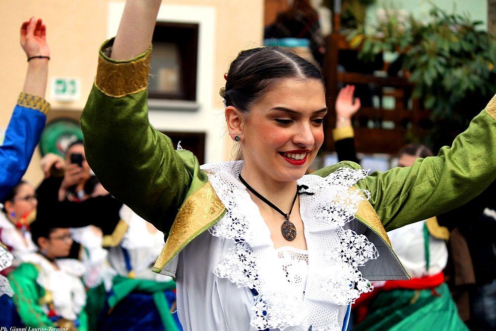 Ragazza nel tradizionele costume arbëreshë durante le Vallje di Civita (Cs) - Ph. © Gianni Termine