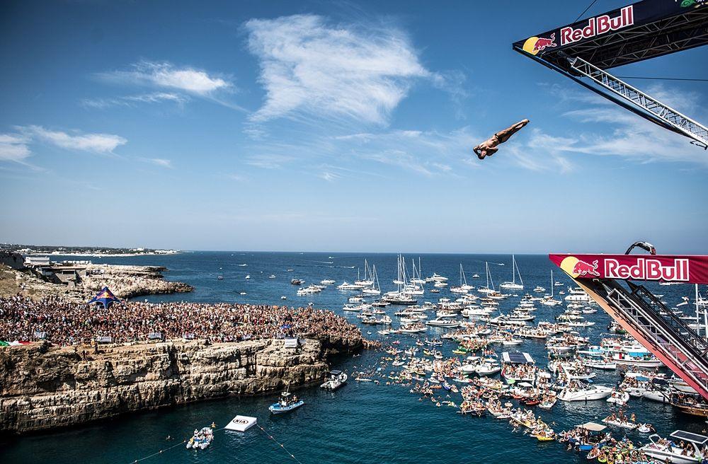 Il tuffatore calabrese Alessandro De Rose al Red Bull Cliff Diving di Polignano a Mare