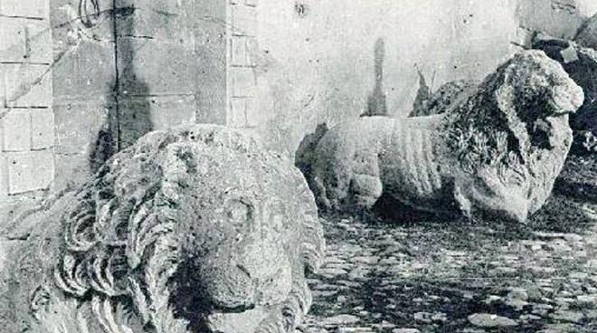 I leoni di Preturo in una foto d'epoca nella loro collocazione originaria davanti al Palazzo Spaventa