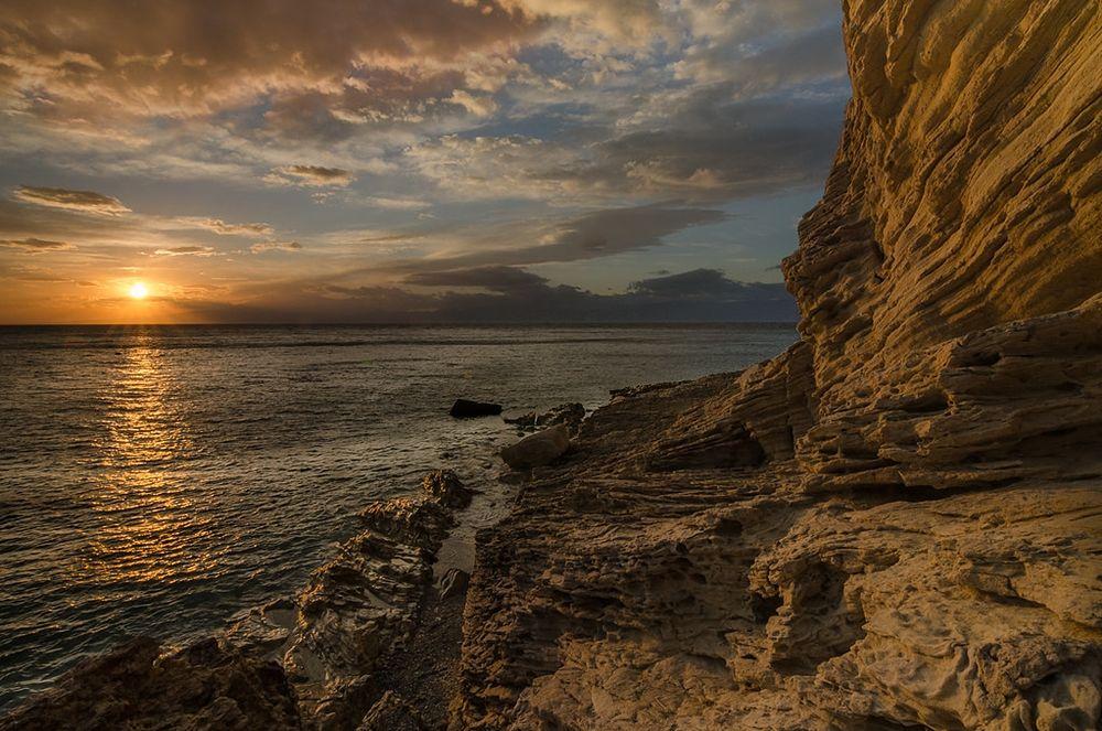 La bianca scogliera di Leucopetra (oggi Capo dell'Armi, Motta S. Giovanni) al tramonto - Ph. courtesy Giuseppe Filice