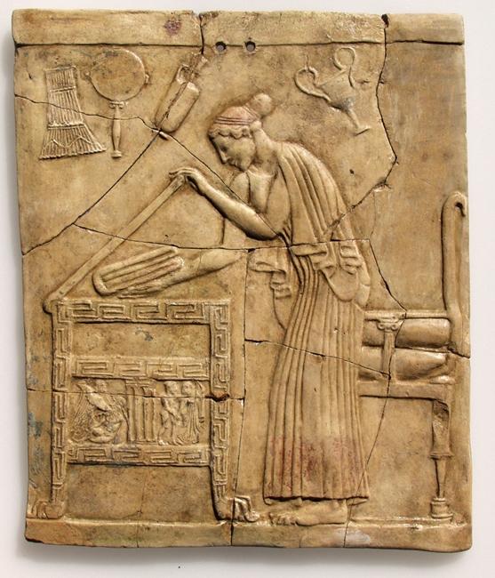 Pinax con Persefone che posa un telo piegato in una cassa di legno intagliata, terracotta, V sec. a.C. Museo Archeologico di Locri
