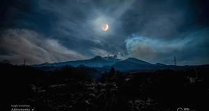 Eclissi di luna sull'Etna: lo spettacolare scatto di Alessia Scarso all'Astronomy Photographer of the Year