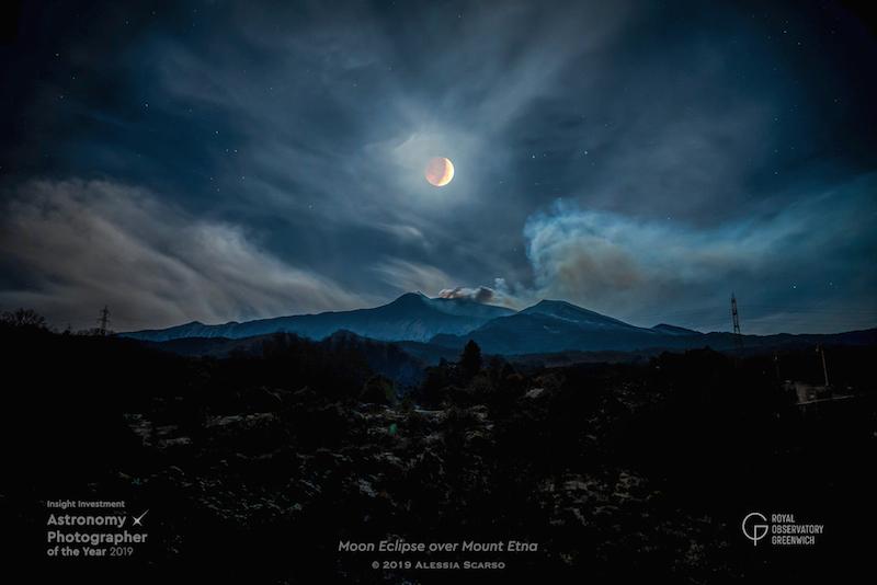 Eclissi di luna sul Monte Etna, lo scatto di Alessia Scarso