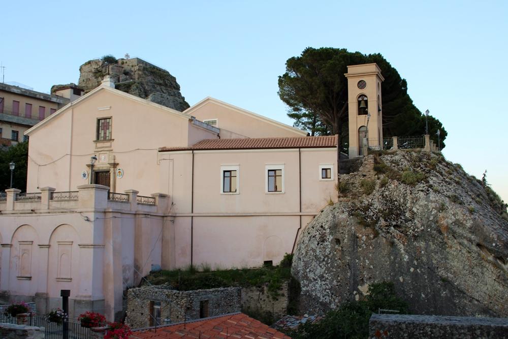 Cattedrale di S. Maria dell'Isodia, nell'antico quartiere ebraico di Bova (RC)