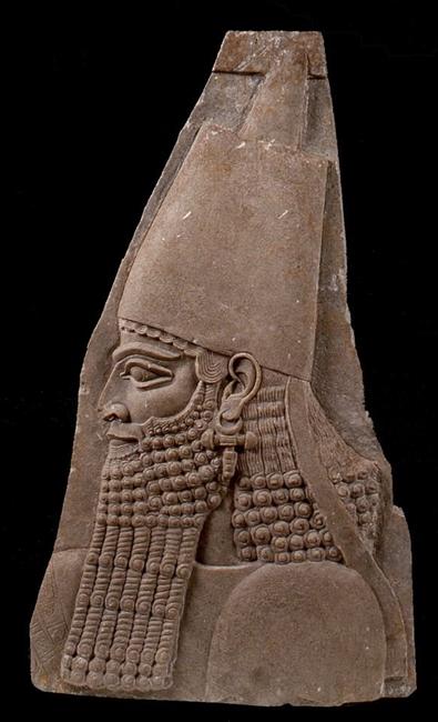 Frammento di rilievo con testa di Sargon II (721-705 a.C.) dal palazzo reale di Korsabad, h 89 cm, calcare alabastrino, Torino, Museo Egizio