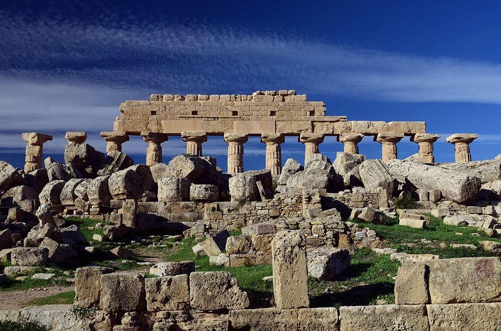 L'area dell'Acropoli di Selinunte con i resti del colonnato del Tempio C