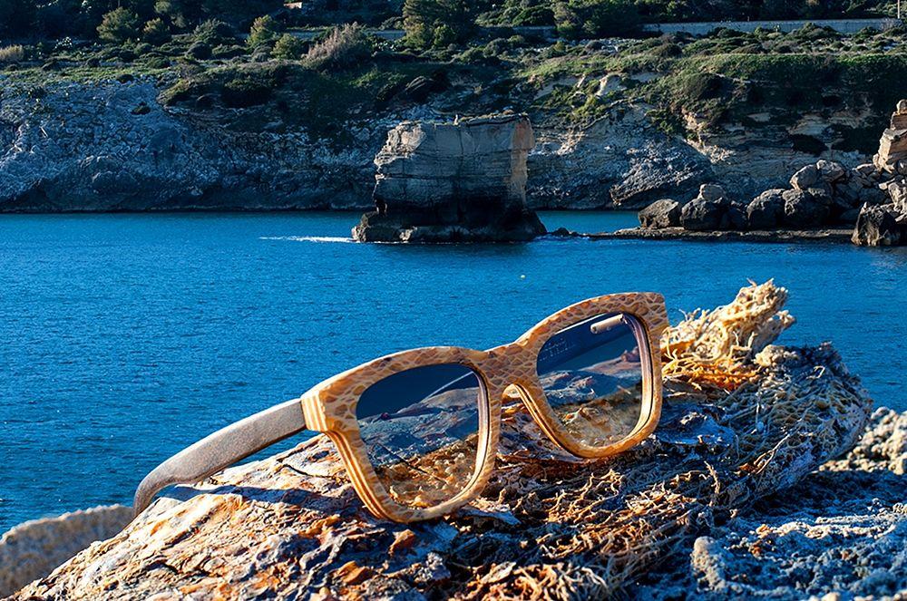 Occhiali Ferillieyewear sullo sfondo del mare salentino