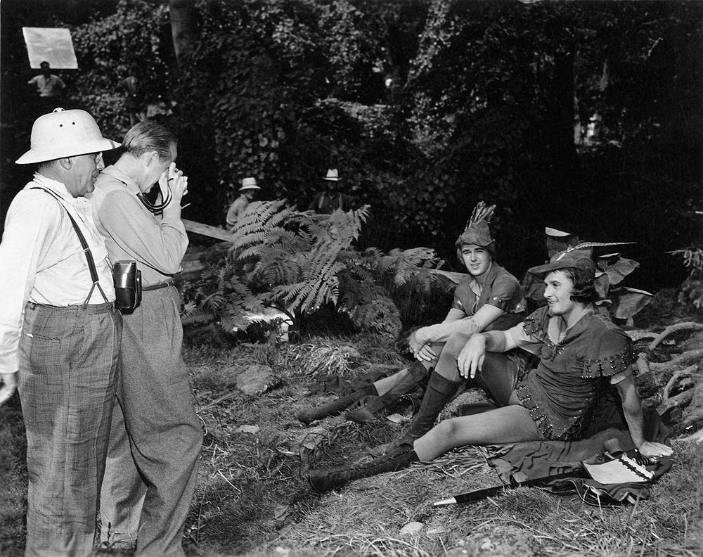 Tony Gaudio (primo a sin.) sul set de La leggenda di Robin Hood, con William Keighley, Patrick Knowless ed Errol Flynn, 1938