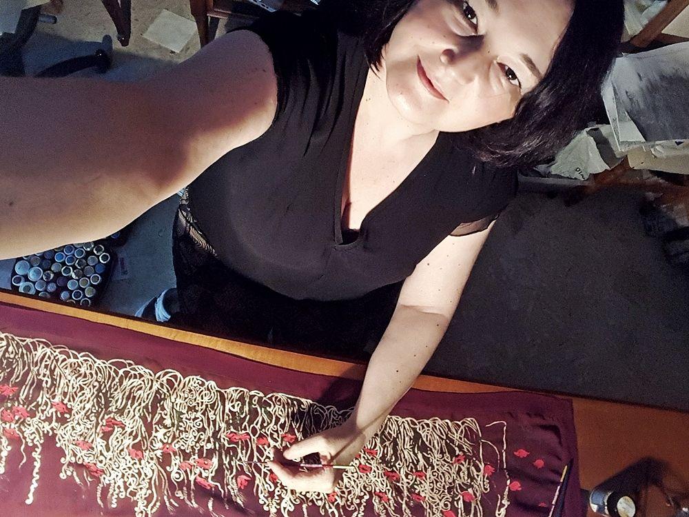 Maristella De Giuseppe, selfie al tavolo da lavoro come textile artist