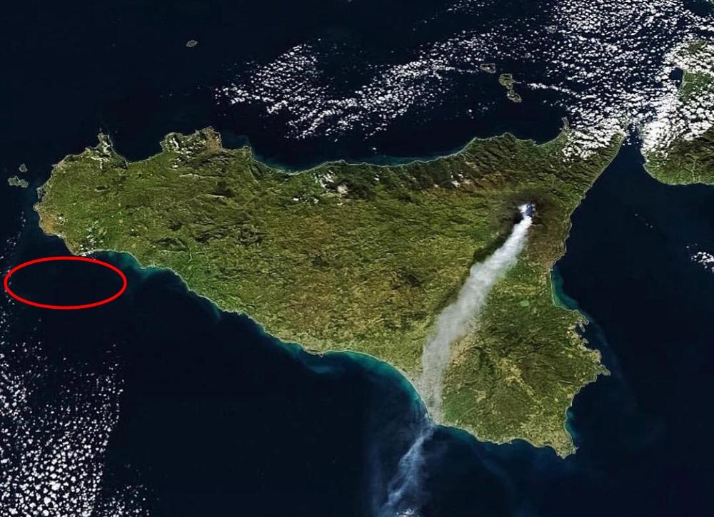 La Sicilia vista dal satellite con l'Etna in eruzione. Nel tratto tracciato in rosso l'area del ritrovamento