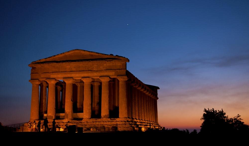 Veduta notturna del Tempio della Concordia, Valle dei Templi, Agrigento - Ph.  Anna Michal   ccby-sa2.0