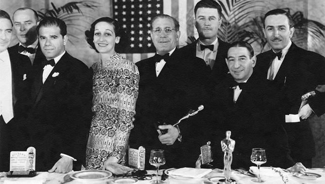 Tony Gaudio (al centro con l'Oscar) durante la cena di gala agli Academy Awards.  Ultimo alla sua sinistra Walt Disney