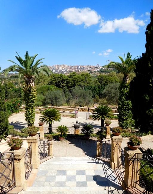 Agrigento vista dalla scalinata di Villa Aurea, Valle dei Templi - Ph. Patrizia Peruzzini  ccby2.0
