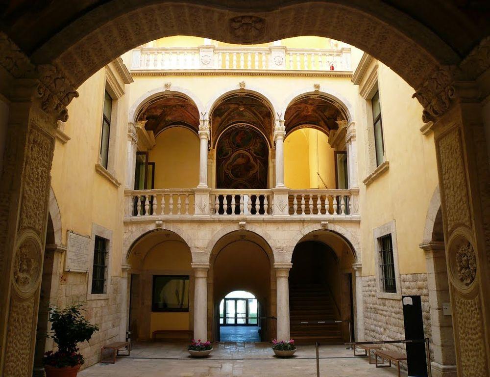 La corte interna di Palazzo Della Marra, XVI-XVII sec., Barletta