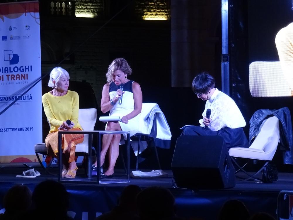 L'attrice Helen Mirren intervistata dalla giornalista Antonella Gaeta. Al centro l'interprete Lucia Sollecito