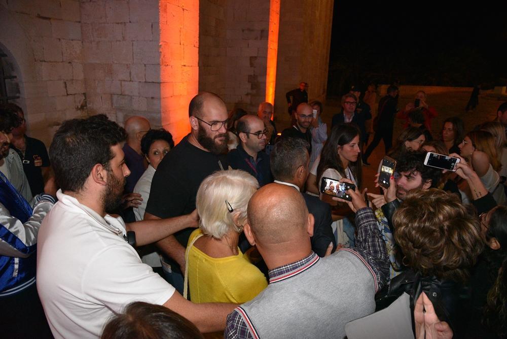 Bagno di folla per Helen Mirren dopo l'incontro a Trani