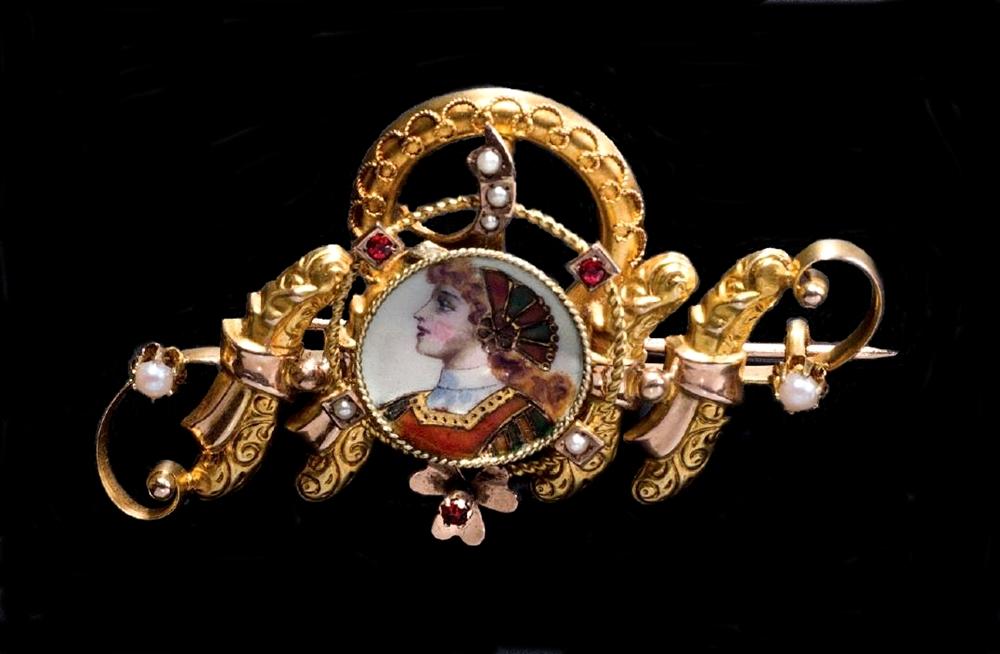 Spille di produzione calabrese in lega leggera di oro, pietre in pasta vitrea e figura in smalto, XIX secolo | Collezione Spadafora