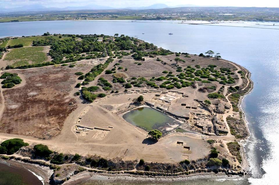 Scorcio aereo di Mozia con a destra il kothon, la piscina sacra connessa a un adiacente tempio, VI sec. a.C.