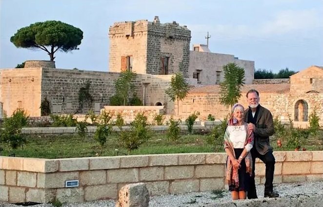 Helen Mirren e il marito Taylor Hackford nella loro masseria Matine a Tiggiano (Lecce) - Ph. Arch. Brizio Montinaro