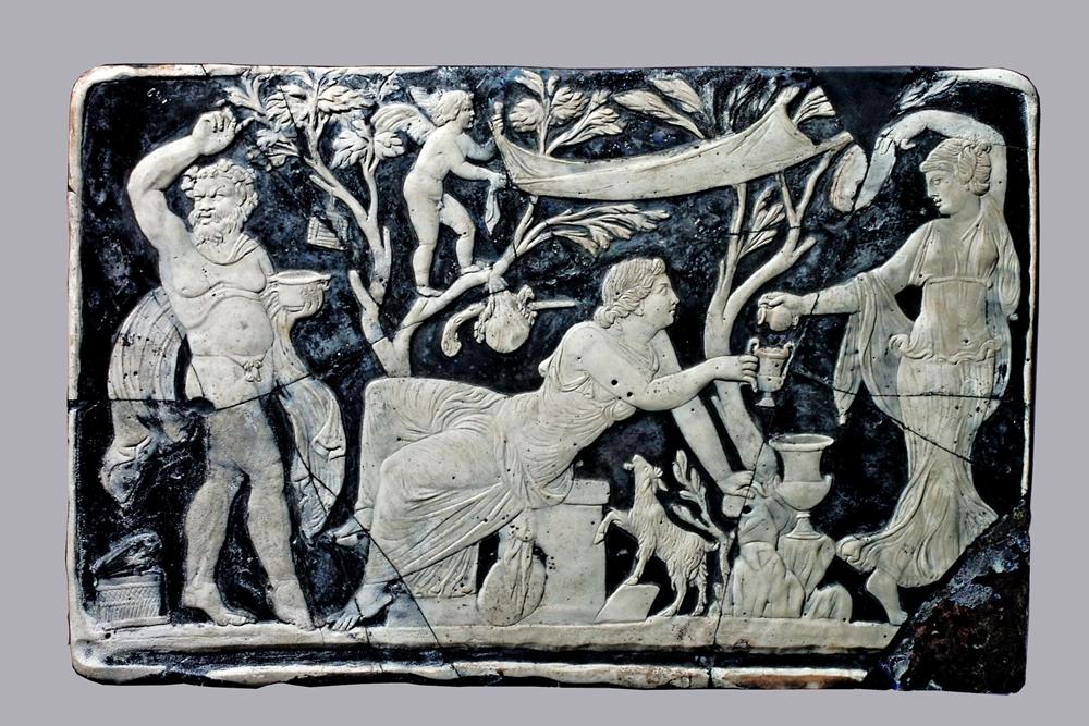 Cameo con Bacco e Arianna e scena di vendemmia, vetro, Casa di Marco Fabio Rufo, Pompei - Image by Pompeii - Parco Archeologico