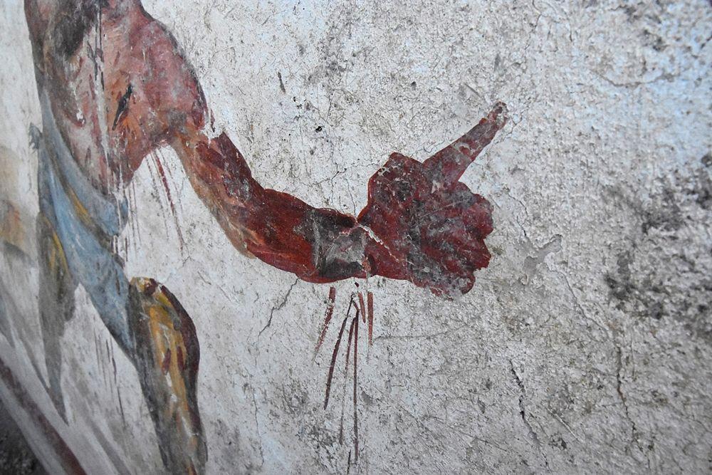 Il gladiatore tracio fa con la mano il gesto ad locutia con cui l'imperatore soleva concedere la grazia al perdente