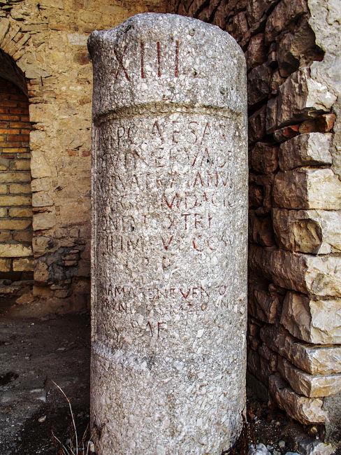 Colonna miliare del XIIII miglio della Via Traiana, Palazzo Coscia-Spinelli, Buonalbergo (Benevento) - Ph. Antonio De Capua
