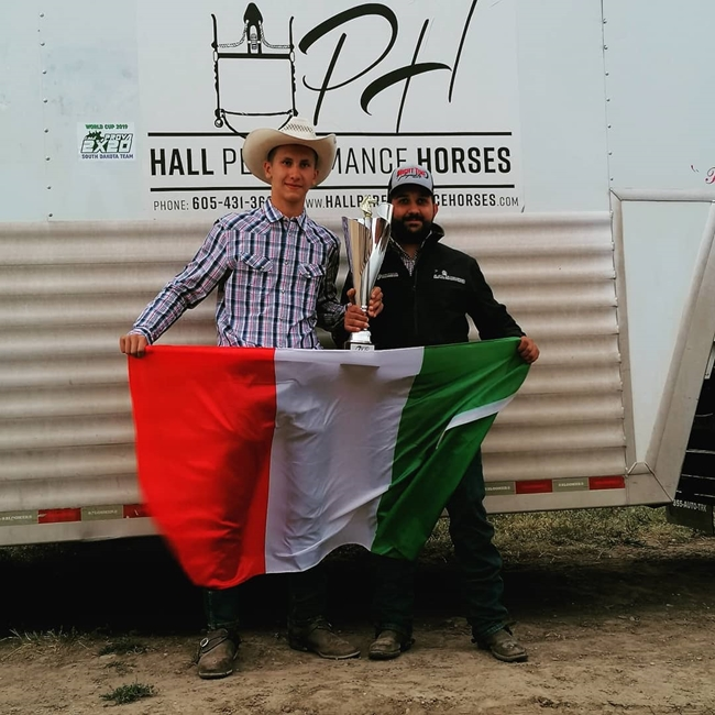Stefano Battista (a destra) col compagno di squadra Filippo Papetti dopo la vittoria a Edgemont, South Dakota, USA