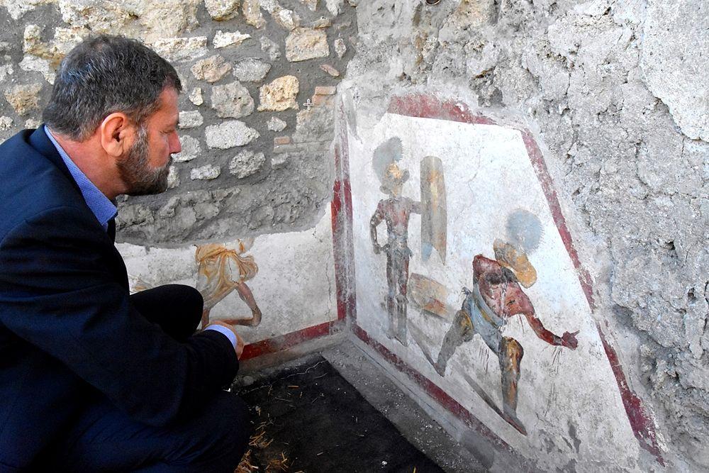 Il Direttore generale del Parco Archeologico di Pompei osserva l'affresco appena rinvenuto