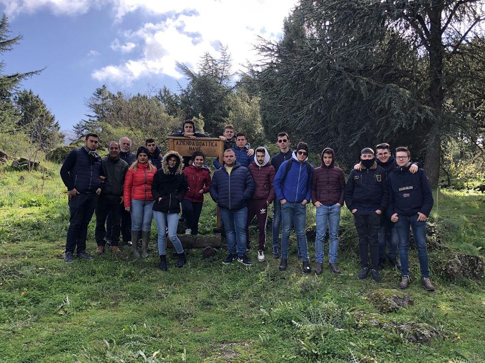 I ragazzi che a Bronte (Catania) seguono lo stage sull'olio extravergine di oliva