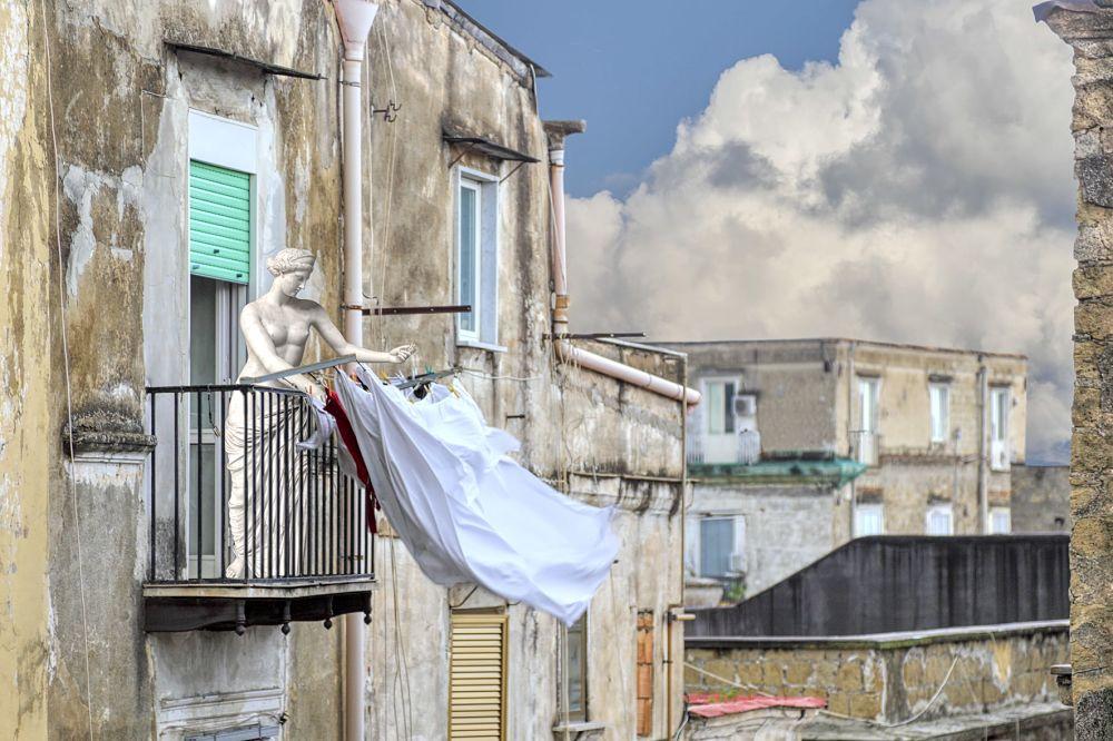 L'afrodite di Capua mentre stende i panni nei vicoli di Napoli - Ph.  Dario Assisi, Riccardo Maria Cipolla