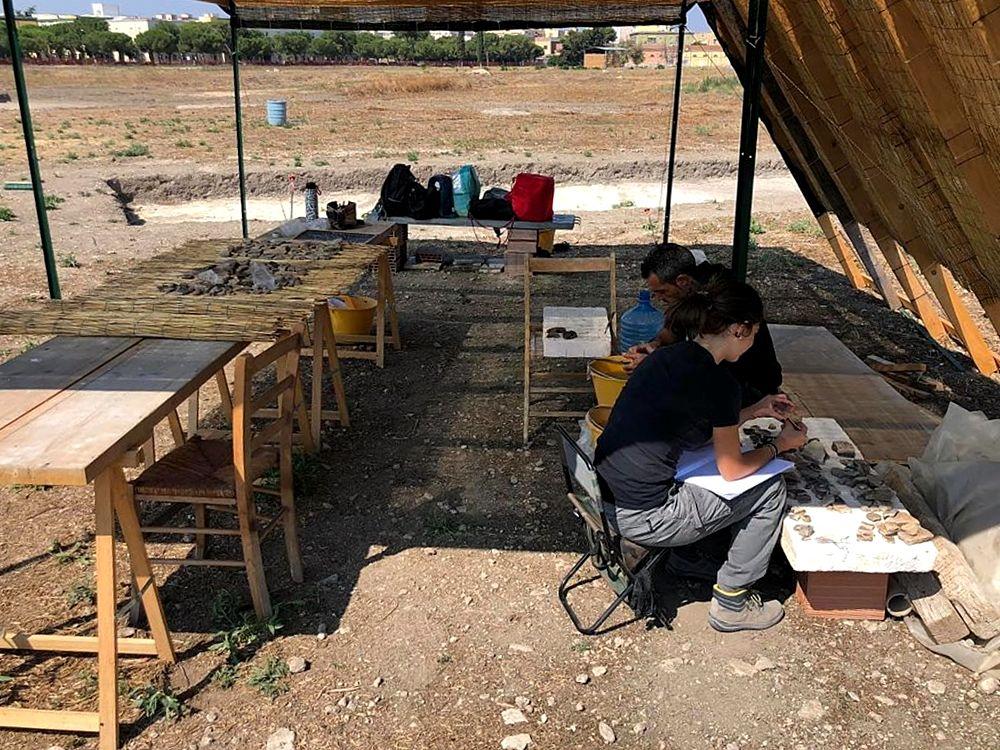 Archeologi al lavoro nel sito archeologico dei Campi Diomedei, Foggia