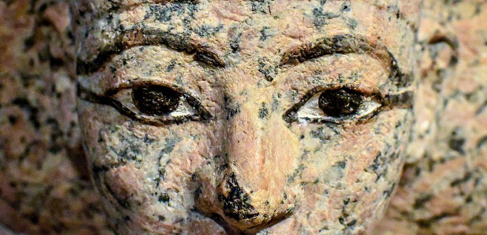 Volto di statua egizia in granito rosa