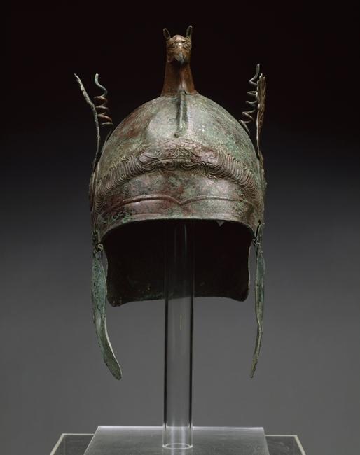 Visione frontale dell'elmo di tipo calcidese, 350-300 a.C., Getty Museum, Los Angeles