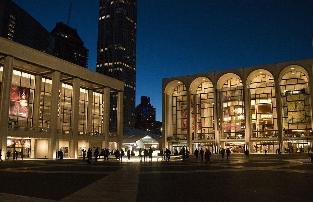 Scorcio del Lincoln Center of Performing Arts dove hanno sede il David H. Koch Theatre e la Havery Hall, New York