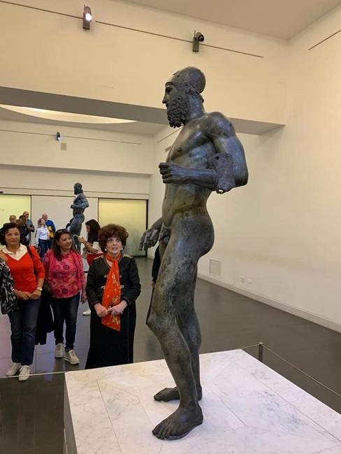 L'attrice Gina Lollobrigida, al Museo Archeologico Nazionale di Reggio Calabria, ammira estasiata il Bronzo B della coppia dei Bronzi di Riace - Ph. Carmelo G. Malacrino