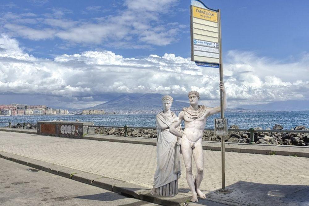Coppia di figure romane alla fermata dell'autobus del Lungomare Caracciolo